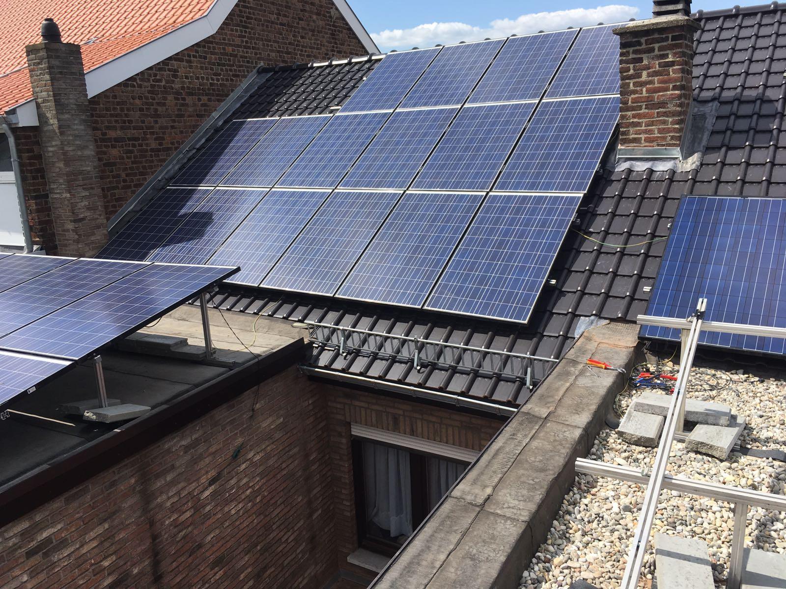 Schuin dak met zonnepanelen